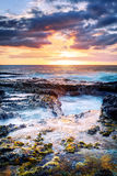 Tramonto sopra la linea costiera rocciosa Fotografia Stock Libera da Diritti