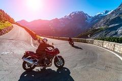 Tramonto sopra la motocicletta su Passo Stelvio Immagini Stock