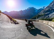 Tramonto sopra la motocicletta su Passo Stelvio Fotografie Stock