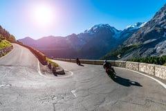 Tramonto sopra la motocicletta su Passo Stelvio Immagini Stock Libere da Diritti
