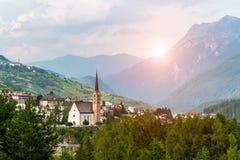 Tramonto sopra la piccola chiesa nelle alpi delle montagne Immagini Stock Libere da Diritti