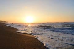 Tramonto sopra la spiaggia Immagini Stock Libere da Diritti