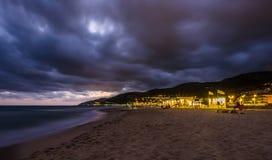 Tramonto sopra la spiaggia in Castelldefels Fotografia Stock