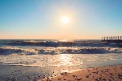 Tramonto sopra la spiaggia del mare Immagini Stock