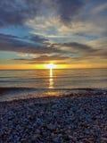 Tramonto sopra la spiaggia del mare fotografia stock libera da diritti