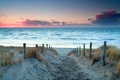 Tramonto sopra la spiaggia del nord della sabbia di mare Fotografie Stock
