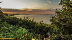 Tramonto sopra la spiaggia della città bulgaria Fotografia Stock