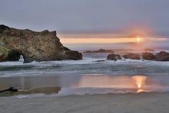 Tramonto sopra la spiaggia di stato di Pescadero in San Mateo County, California Immagine Stock