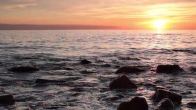 Tramonto sopra la spiaggia e l'orizzonte di mare archivi video