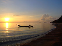 Tramonto sopra la spiaggia, KOH Phangan, Tailandia. Immagini Stock