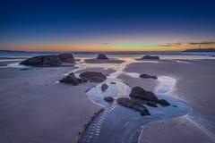 Tramonto sopra la spiaggia portoghese fotografia stock libera da diritti