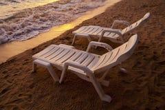 Tramonto sopra la spiaggia Tailandia di Pataya del mare con la sedia di spiaggia Fotografia Stock