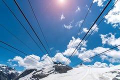 Tramonto sopra la stazione dello sci in alte alpi Immagine Stock