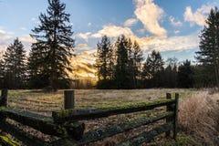 Tramonto sopra la terra rurale dell'azienda agricola Immagine Stock Libera da Diritti