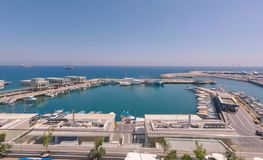 Tramonto sopra la vista del tetto del porto immagini stock libere da diritti