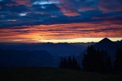 Tramonto sopra le alpi svizzere Immagine Stock