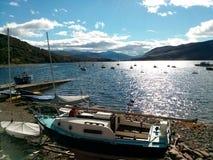 Tramonto sopra le barche e le montagne Immagini Stock Libere da Diritti
