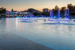 Tramonto sopra le fontane di canto in città di Filippopoli Fotografie Stock Libere da Diritti