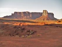 Tramonto sopra le formazioni dell'arenaria della valle del monumento Immagine Stock