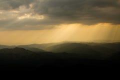 Tramonto sopra le montagne immagine stock
