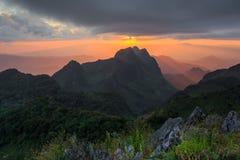 Tramonto sopra le montagne fotografia stock