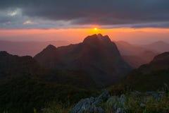 Tramonto sopra le montagne fotografie stock