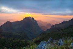 Tramonto sopra le montagne Immagini Stock Libere da Diritti