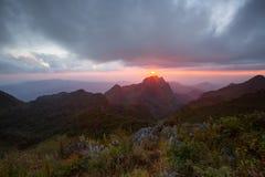 Tramonto sopra le montagne fotografie stock libere da diritti