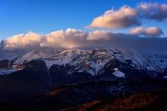 Tramonto sopra le montagne carpatiche in Romania Fotografie Stock Libere da Diritti
