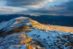 Tramonto sopra le montagne di Bieszczady fotografia stock libera da diritti