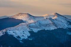 Tramonto sopra le montagne di Bieszczady, Polonia immagini stock libere da diritti