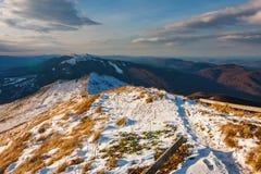 Tramonto sopra le montagne di Bieszczady, Polonia fotografia stock libera da diritti