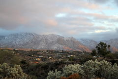 Tramonto sopra le montagne innevate in Tucson, Arizona immagini stock