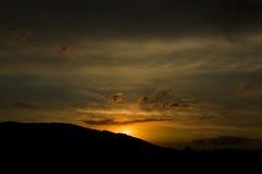 Tramonto sopra le montagne, la conclusione di bello giorno Fotografie Stock