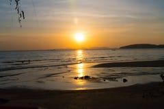 Tramonto sopra le montagne nel mare della Tailandia immagini stock libere da diritti