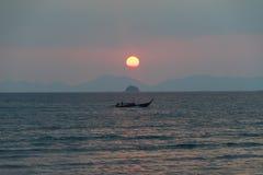 Tramonto sopra le montagne nel mare della Tailandia fotografie stock libere da diritti