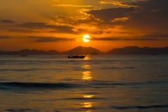 Tramonto sopra le montagne nel mare della Tailandia immagine stock libera da diritti