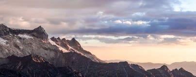 Tramonto sopra le montagne nelle Ande nel Perù con un fronte caldo che si muove dentro immagine stock libera da diritti