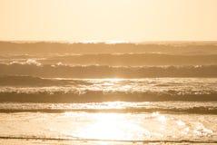 Tramonto sopra le onde di oceano Fotografia Stock