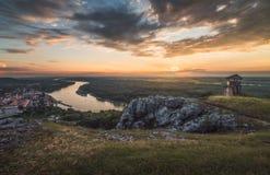 Tramonto sopra le rocce ed il fiume Fotografia Stock Libera da Diritti