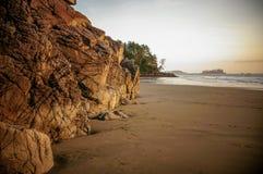 Tramonto sopra le rocce irregolari alla spiaggia di Tonquin vicino a Tofino, Canada Fotografia Stock