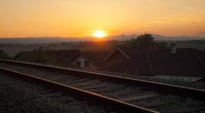 Tramonto sopra le rotaie del treno in un parco in Croazia Fotografia Stock