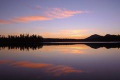 Tramonto sopra lo stagno di Barnum nelle montagne di Adirondack fotografie stock libere da diritti