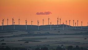 Tramonto sopra matrice del mulino a vento sopra la collina Fotografia Stock Libera da Diritti