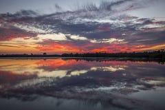 Tramonto sopra Merritt Island Wildlife Refuge acqua, Florida immagine stock