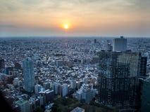 Tramonto sopra Tokyo, vista dal  metropolitano del åº del ½ del ±äº¬éƒ del  del æ della costruzione di governo, Shinjuku, Giapp Fotografie Stock Libere da Diritti