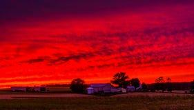 Tramonto sopra un'azienda agricola nella contea di York rurale, Pensilvania fotografia stock