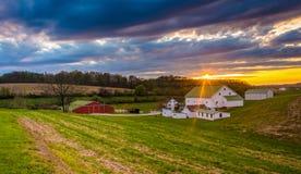 Tramonto sopra un'azienda agricola nella contea di York rurale, Pensilvania immagine stock