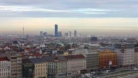 Tramonto sopra Vienna con la vista all'orizzonte della città di Danubio video d archivio