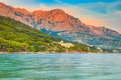 Tramonto spettacolare con il mare e le alte montagne, Makarska riviera, Croazia Fotografie Stock Libere da Diritti